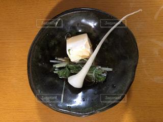 器に盛られた豆腐と水菜と大根の根の写真・画像素材[874731]