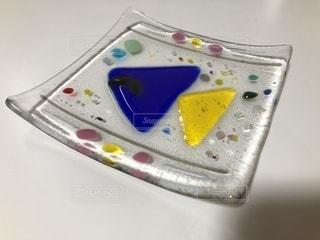ヒゲの生えた魚がモチーフのガラス小皿の写真・画像素材[877314]