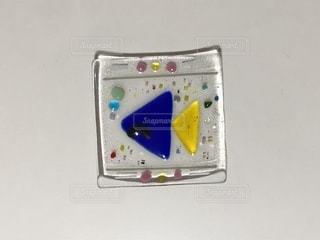 ヒゲの生えた魚がモチーフのガラス小皿の写真・画像素材[877315]