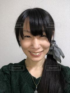 緑色のニットを着た笑顔の女性の写真・画像素材[927777]