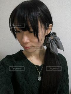 緑色のニットを着た女性の横顔の写真・画像素材[927778]