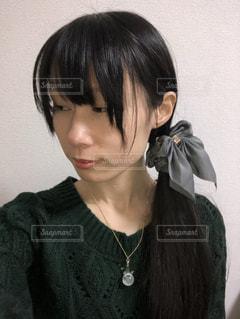 緑色のニットを着た女性の横顔(2)の写真・画像素材[927779]