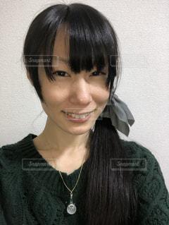 緑色のニットを着た笑顔の女性(2)の写真・画像素材[927780]
