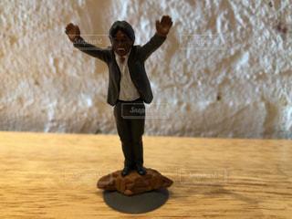 バンザイをする男性の人形の写真・画像素材[953711]