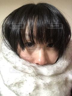 もふもふのネックウォーマーをした女性のアップの写真・画像素材[981514]
