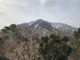 うっすら雪化粧された山の写真・画像素材[1025180]