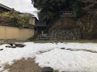 雪に覆われた地面と奥にある祠の写真・画像素材[1025195]