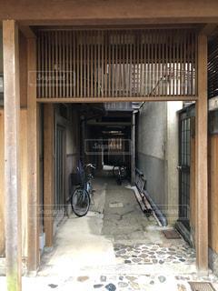 通路に置かれた自転車の写真・画像素材[1025212]