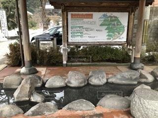 城崎温泉近くにある寺の境内の足湯の写真・画像素材[1025216]