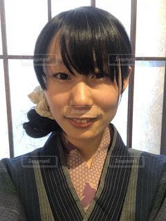 温泉宿で浴衣を着て微笑む女性の顔アップの写真・画像素材[1025277]