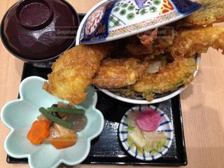 テーブルの上の天丼定食の写真・画像素材[1050772]