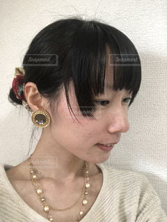 お団子頭に和風のシュシュをつけて微笑む横顔の女性の写真・画像素材[1063988]