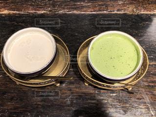 カップに入った抹茶ラテ&アーモンドラテの写真・画像素材[1126602]