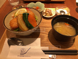テーブルの上の鶏唐丼定食(3)の写真・画像素材[1126613]