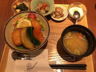 テーブルの上の鶏唐丼定食(2)の写真・画像素材[1126614]