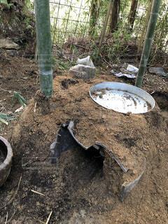 土と竹と瓦とドラム缶で作ったお手製の炭窯の写真・画像素材[2009842]