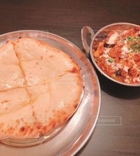 インド料理屋のカレーとチーズナンの写真・画像素材[2036530]