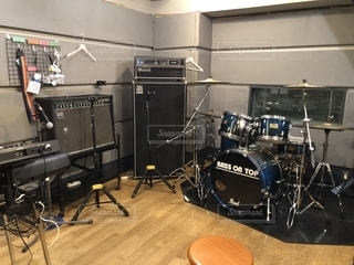 ドラムやキーボードが置かれた音楽スタジオの一室の写真・画像素材[2036531]