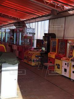 百貨店の屋上にあるテント内メダルゲームコーナーの写真・画像素材[2285378]