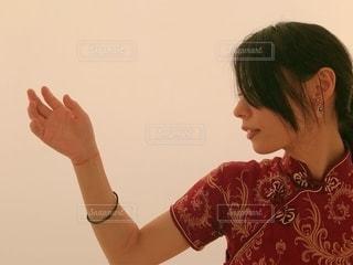 顔に手を握っている人の写真・画像素材[2778135]