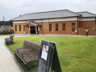 京終駅の駅舎とその前に広がる芝生とベンチの写真・画像素材[2778207]