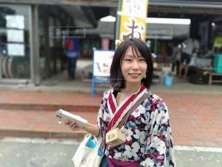 歩道に立っている和服の女性の写真・画像素材[3381087]
