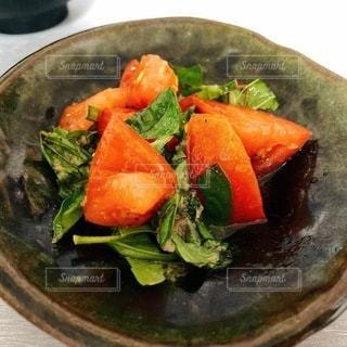 バジルとトマトのサラダの写真・画像素材[3644370]