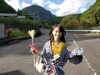 ススキを手に笑顔で走る着物姿の女性(正面)の写真・画像素材[3746337]
