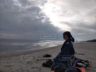 砂浜で瞑想する和服姿の女性(横顔)の写真・画像素材[3832555]