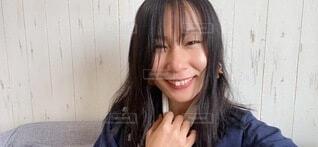 笑顔の女性のアップの自撮りの写真・画像素材[4073104]