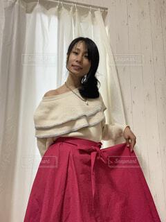 ショッキングピンクのスカートを履いて微笑む女性の全身の写真・画像素材[4279449]