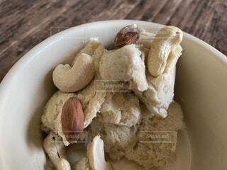 ナッツをトッピングした手作りアイスクリームの写真・画像素材[4357370]