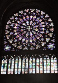 ノートルダム大聖堂のステンドグラスの写真・画像素材[867516]