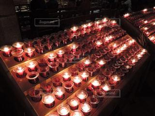 ノートルダム大聖堂のロウソクの炎の写真・画像素材[867539]