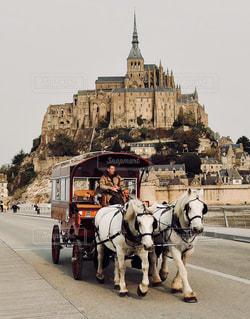 モン・サン・ミシェルの前で馬車の写真・画像素材[869214]