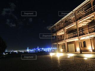 横浜 赤れんが倉庫とベイブリッジの写真・画像素材[870561]
