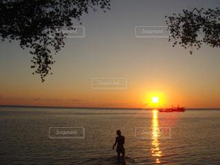 沈む夕日の写真・画像素材[871953]