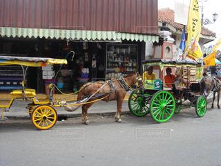 マーケット前にカラフルな馬車の写真・画像素材[872773]