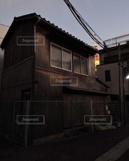 鄙びた木造住宅と東京タワーの写真・画像素材[2508089]