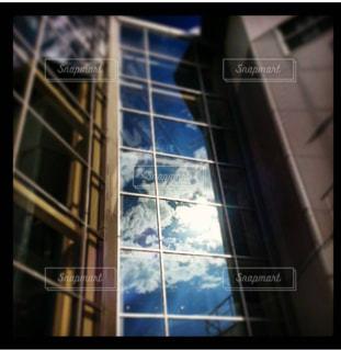 背の高いガラスの建物の写真・画像素材[868870]