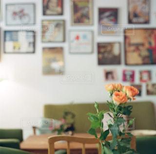 家具やテーブルの上の花瓶で満たされた部屋 - No.867827