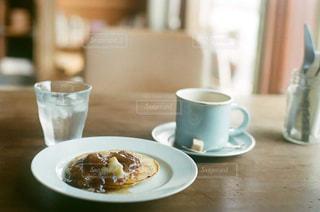 食品やコーヒー テーブルの上のカップのプレート - No.869950