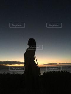 日没の前に立っている男 - No.869965