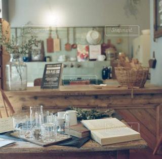 ダイニング テーブル付きのキッチンの写真・画像素材[869966]