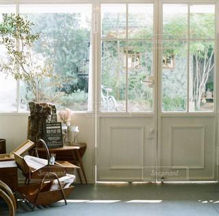 リビング ルームの家具と大きな窓いっぱいの写真・画像素材[869967]