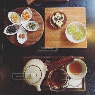 木製のテーブル、板の上に食べ物のプレートをトッピング - No.869970