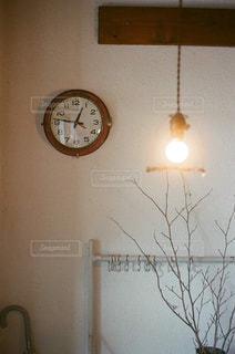 壁に掛かっている時計の写真・画像素材[873494]
