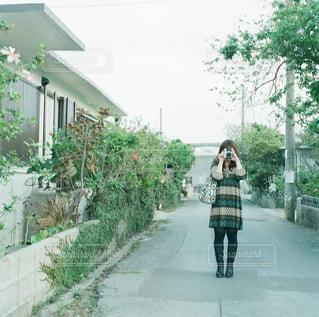 歩道を歩く女性 - No.875455
