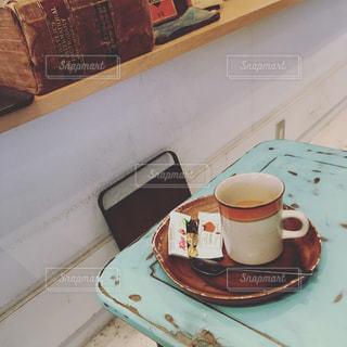 テーブルの上のコーヒー カップの写真・画像素材[875465]