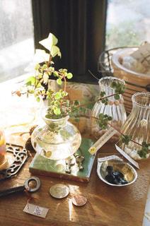 テーブルの上の花の花瓶 - No.878287